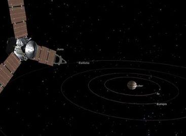 NASA Spaceship Juno Barrels Toward Jupiter